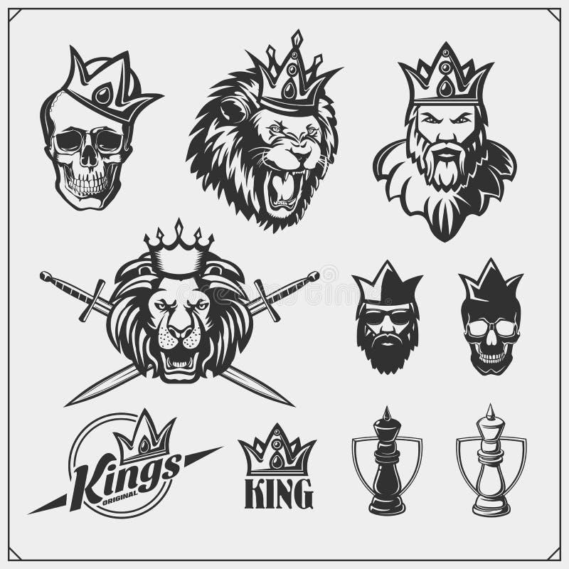 Grupo de emblemas e de etiquetas da xadrez com rei farpado em uma coroa e em um leão ilustração do vetor