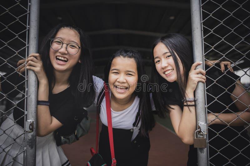 Grupo de emoção asiática alegre da felicidade do adolescente no gymnaseum do esporte da escola imagem de stock