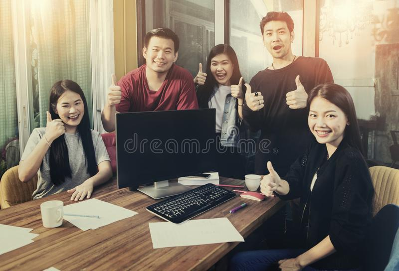Grupo de emoção freelancing mais nova asiática da felicidade do trabalho da equipe mim foto de stock