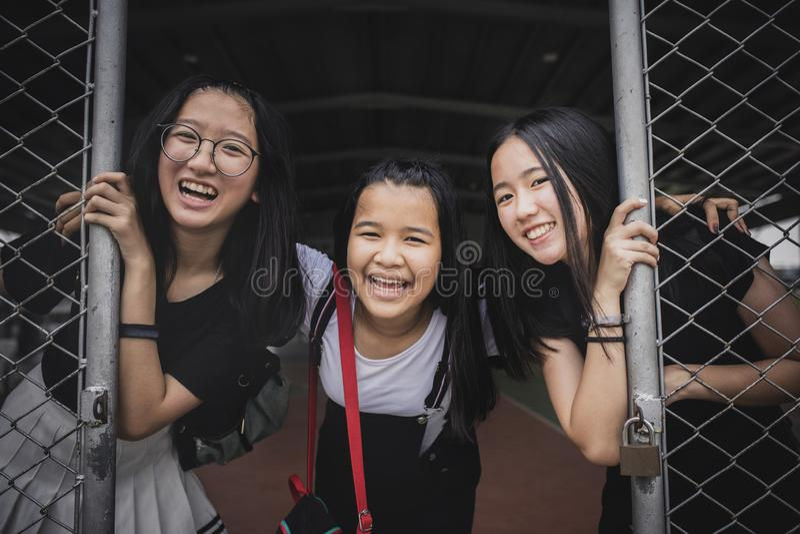 Grupo de emoción asiática alegre de la felicidad del adolescente en gymnaseum del deporte de la escuela imagen de archivo