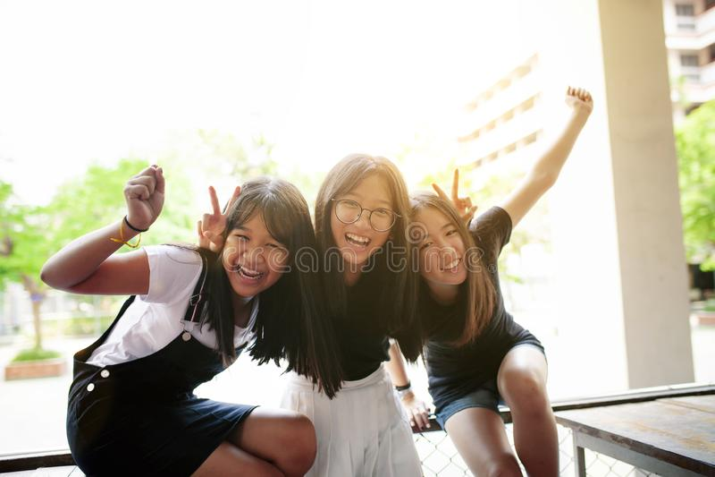 Grupo de emoción asiática de la felicidad del adolescente y de forma de vida de relajación fotografía de archivo libre de regalías