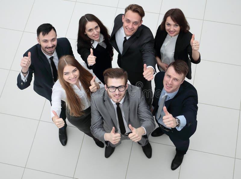 Grupo de empregados bem sucedidos que mostram os polegares acima imagens de stock royalty free