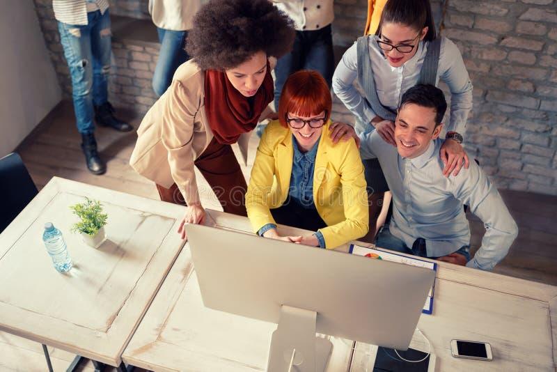 Grupo de empregados que olham na tela de computadores fotografia de stock