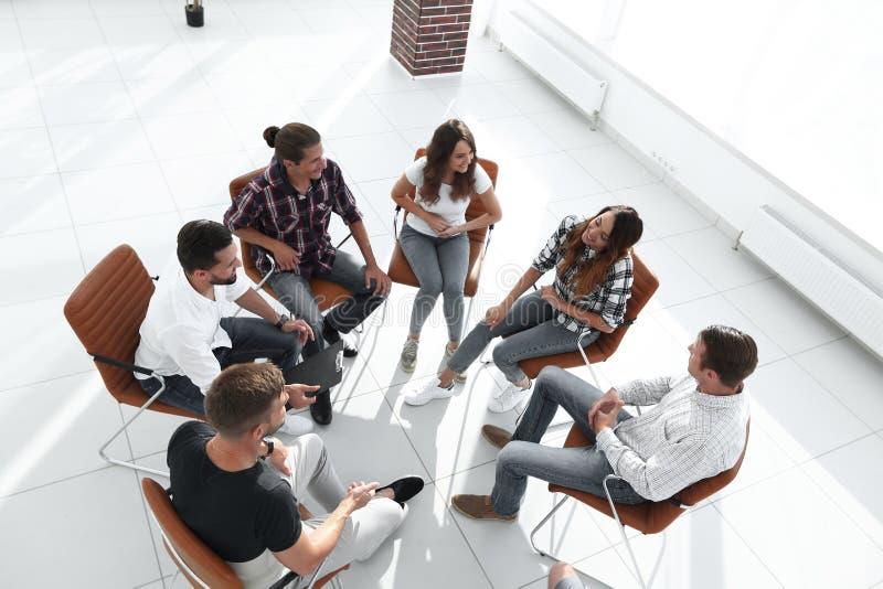 Grupo de empregados uma lição no desenvolvimento de equipas foto de stock