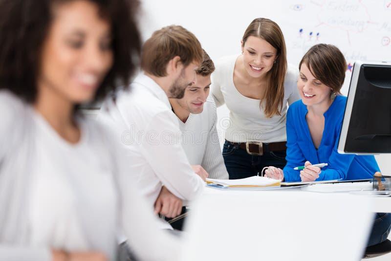 Grupo de empresários em uma reunião imagens de stock