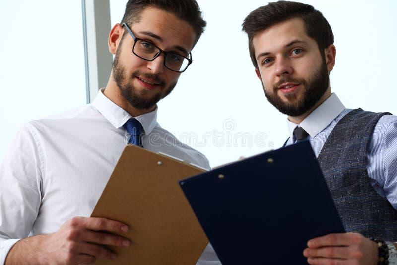 Grupo de empresários modernos no debate do escritório na edição financeira foto de stock