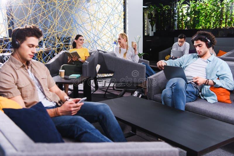 grupo de empresários multiculturais que trabalham em coworking moderno foto de stock