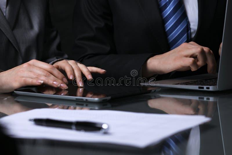 Grupo de empresários ou de advogados na reunião Baixa iluminação chave foto de stock royalty free
