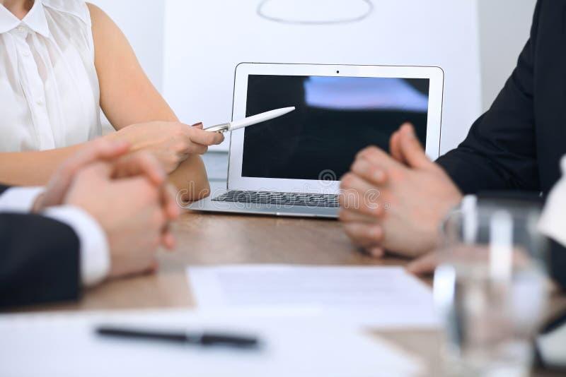 Grupo de empresários ou de advogados que discutem papéis do contrato e figuras financeiras ao sentar-se na tabela Close-up imagem de stock