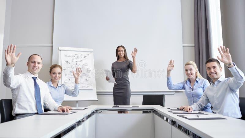 Grupo de empresários que acenam as mãos no escritório foto de stock royalty free