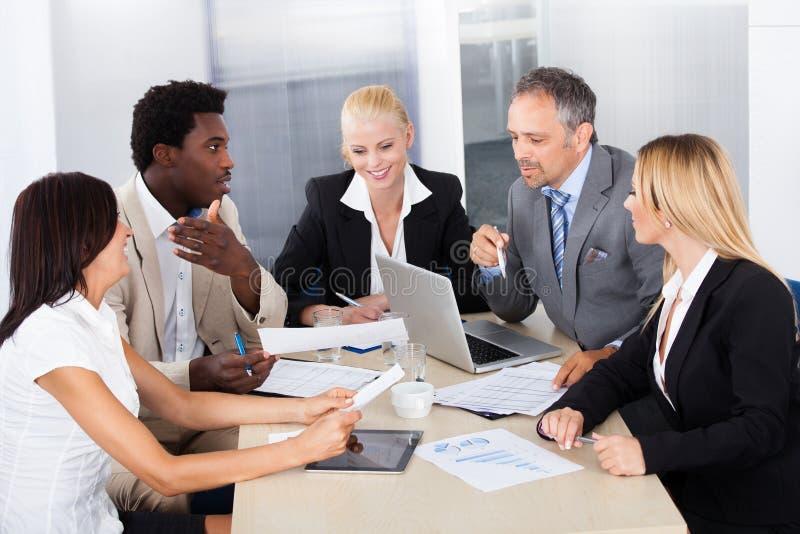 Grupo de empresários que discutem junto fotografia de stock royalty free