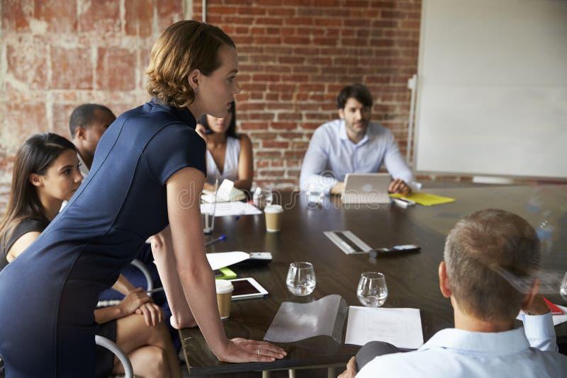 Grupo de empresários que encontram-se na sala de reuniões moderna fotos de stock