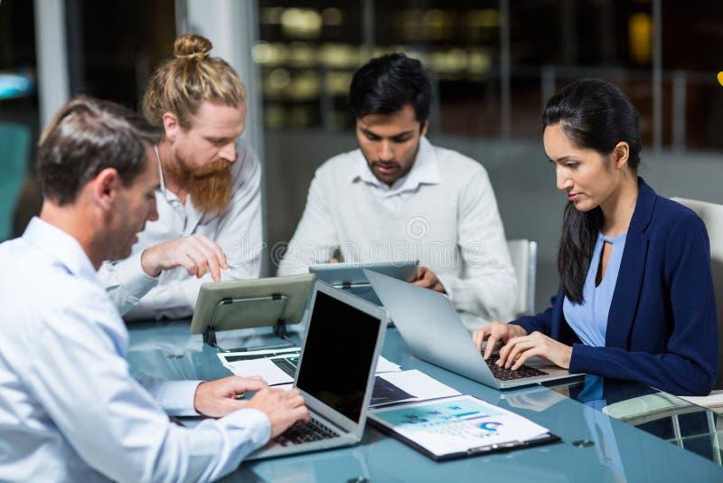 Grupo de empresários que trabalham sobre a tabuleta e o portátil digitais fotografia de stock royalty free