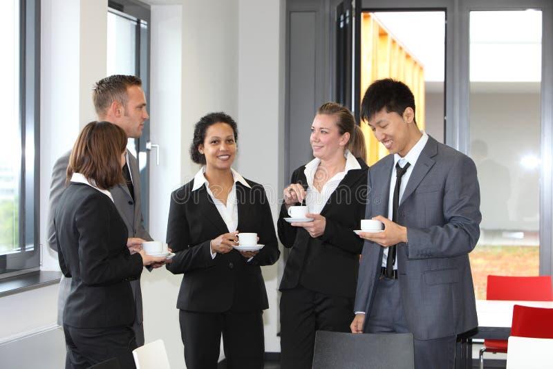 Grupo de empresarios diversos en descanso para tomar café fotografía de archivo libre de regalías