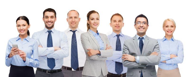 Grupo de empresarios felices con los brazos cruzados fotos de archivo
