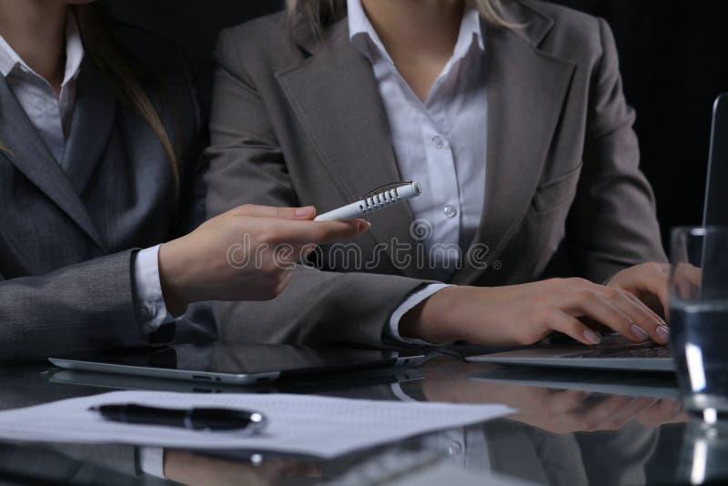 Grupo de empresarios o de abogados en la reunión Iluminación oscura fotografía de archivo
