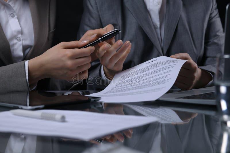 Grupo de empresarios o de abogados en la reunión Iluminación oscura fotos de archivo