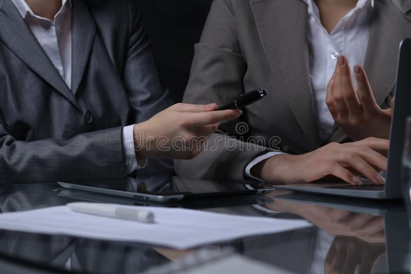 Grupo de empresarios o de abogados en la reunión Iluminación oscura imagen de archivo libre de regalías