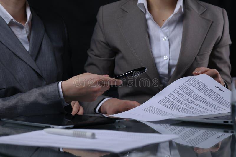 Grupo de empresarios o de abogados en la reunión Iluminación oscura imágenes de archivo libres de regalías