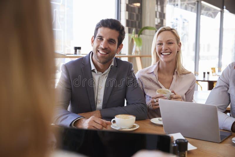 Grupo de empresarios que tienen reunión en cafetería fotos de archivo