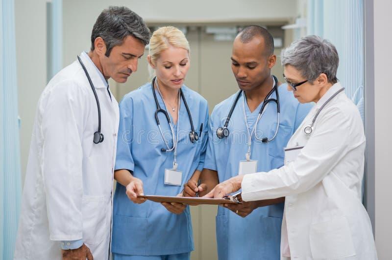 Grupo de encontro dos doutores fotos de stock