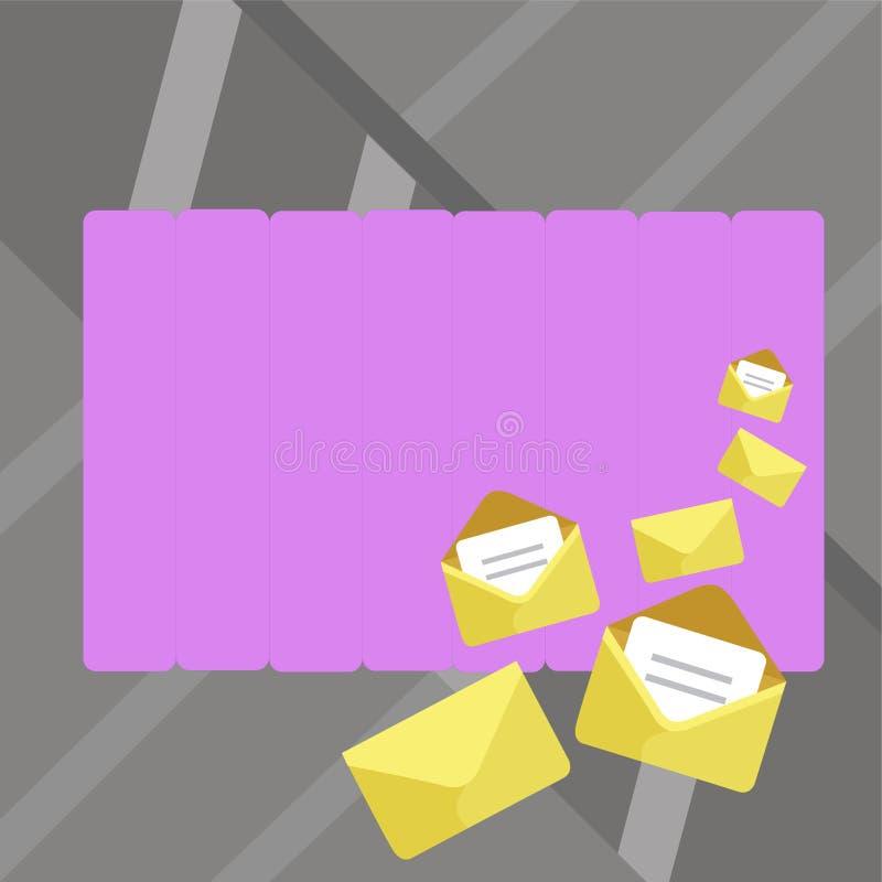Grupo de envelopes fechados e abertos com interior dobrado de papel Tamanhos diferentes da embalagem dourada da letra da cor em u ilustração royalty free