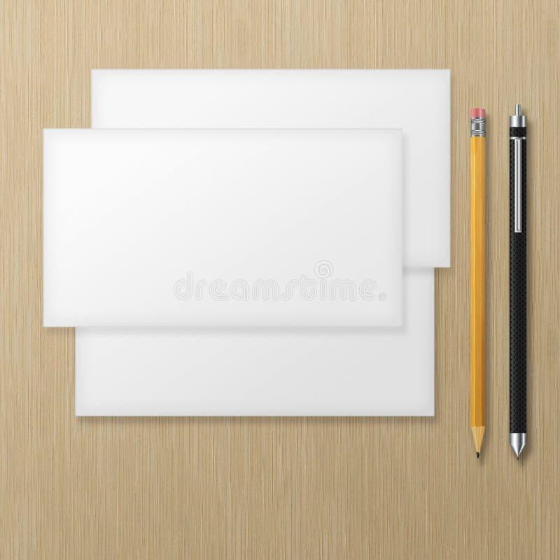 Grupo de envelopes vazios com lápis e a pena amarelos na parte traseira de madeira ilustração royalty free