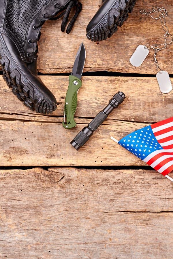 Grupo de equipamento e de botas de combate militares fotografia de stock royalty free