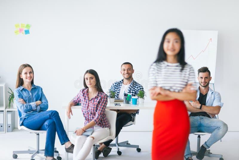 Grupo de equipe do negócio com o líder na parte dianteira foto de stock