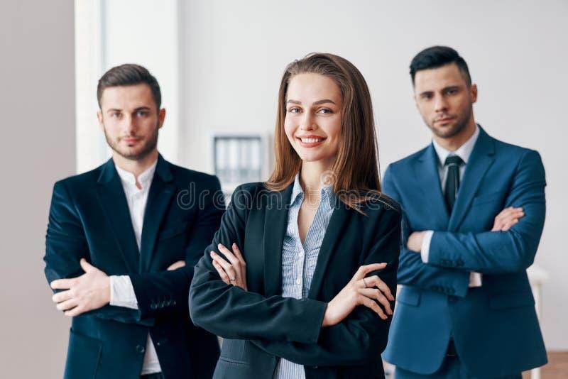 Grupo de equipo acertado del negocio y de su líder bonito en frente imagen de archivo