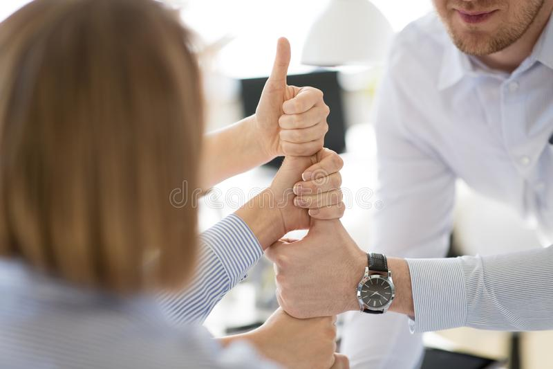 Grupo de equipo del negocio que hace los pulgares encima del gesto imagenes de archivo