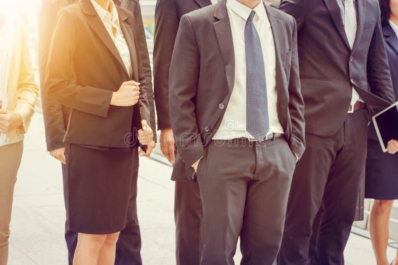 Grupo de equipo joven feliz del negocio, hombres de negocios que caminan la oficina al aire libre junto, trabajo en equipo del éx fotos de archivo