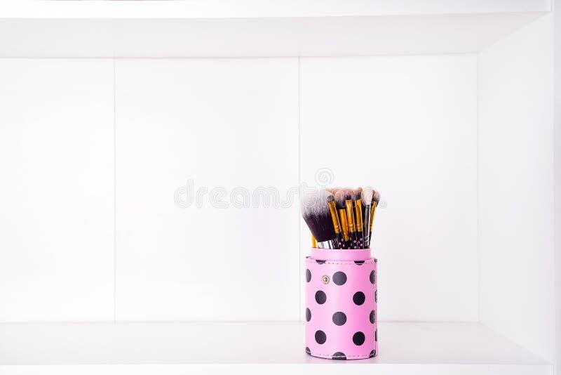 Grupo de escova ajustada da ferramenta da vária mulher isolada no branco fotografia de stock royalty free
