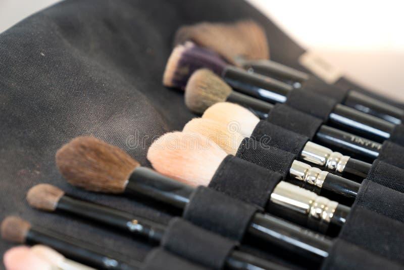 Grupo de escova da composição no saco preto da tela fotos de stock