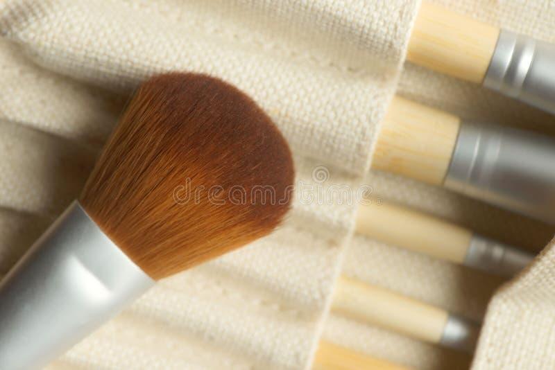 Grupo de escovas profissionais da composição com uma escova redonda grande na parte superior fotos de stock
