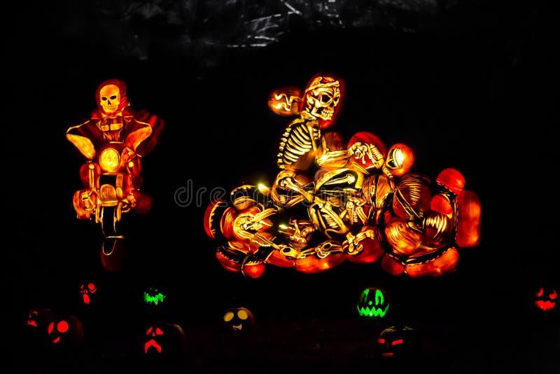 Grupo de esqueleto cinzelado da motocicleta das abóboras fotos de stock royalty free