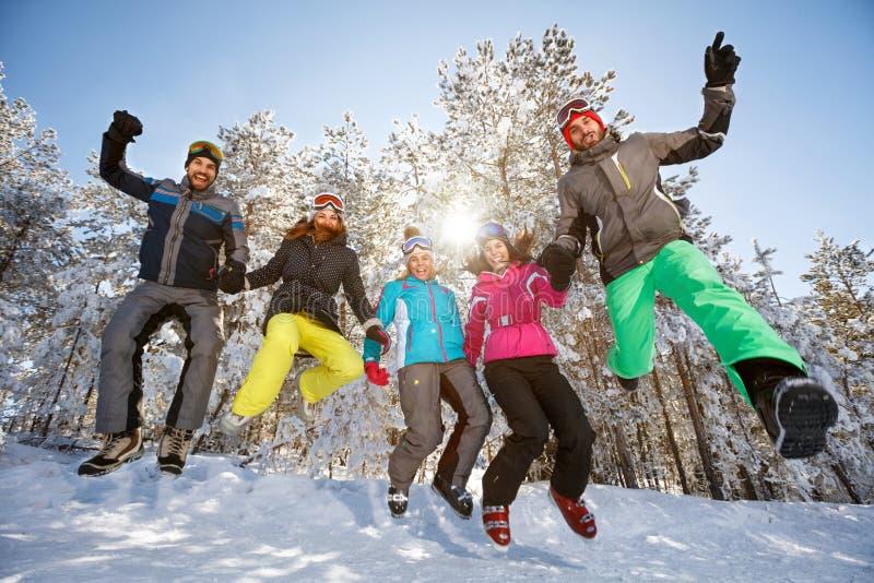 Grupo de esquiadores en salto foto de archivo