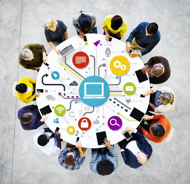 Grupo de establecimiento de una red Multi-étnico del Social de la gente imagen de archivo