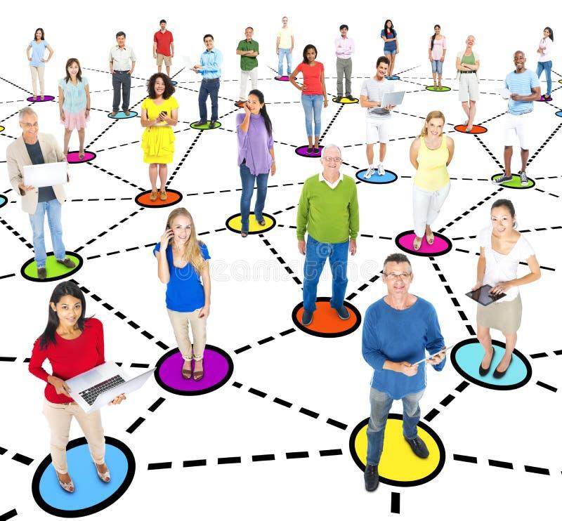 Grupo de establecimiento de una red Multi-étnico del Social de la gente fotos de archivo