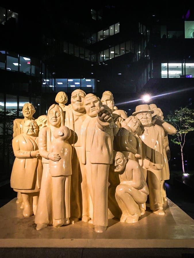 Grupo de estatuas blancas que miran y que señalan fotos de archivo libres de regalías