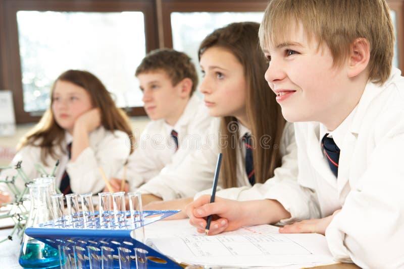 Grupo de estudantes adolescentes na classe da ciência imagem de stock