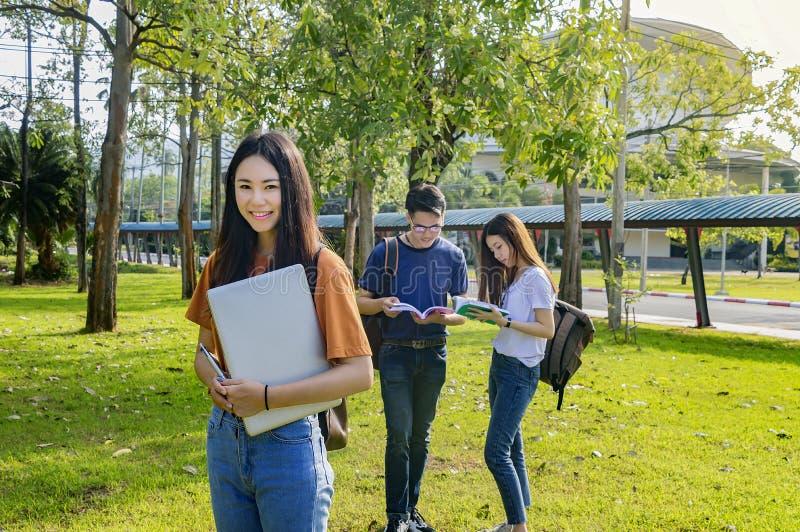 Grupo de estudantes asiáticos da universidade que têm o divertimento fora fotografia de stock