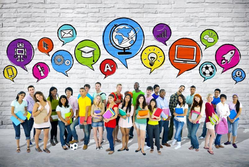Grupo de estudantes com bolha do discurso imagem de stock