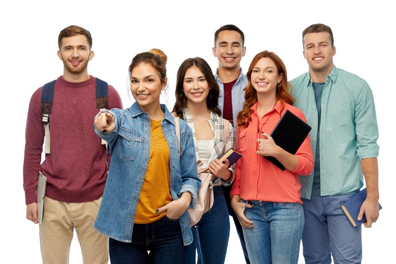 Grupo de estudantes com livros e sacos de escola fotografia de stock royalty free