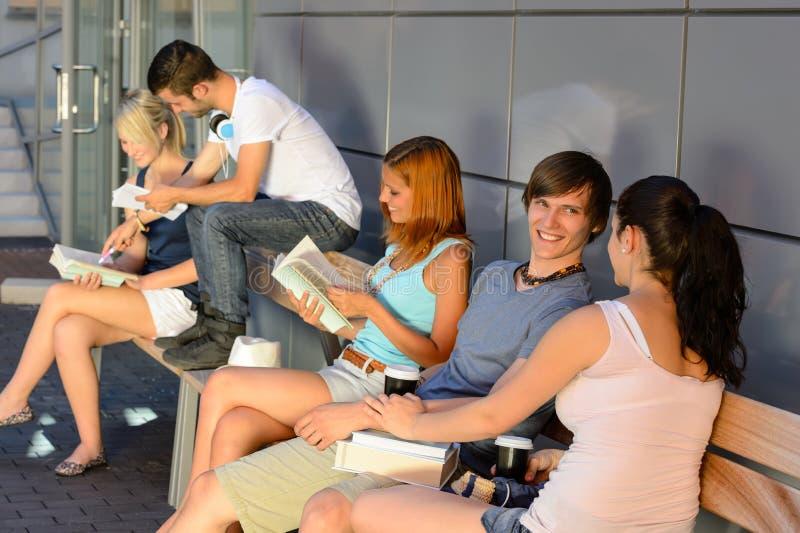 Grupo de estudantes com os livros que penduram para fora imagens de stock