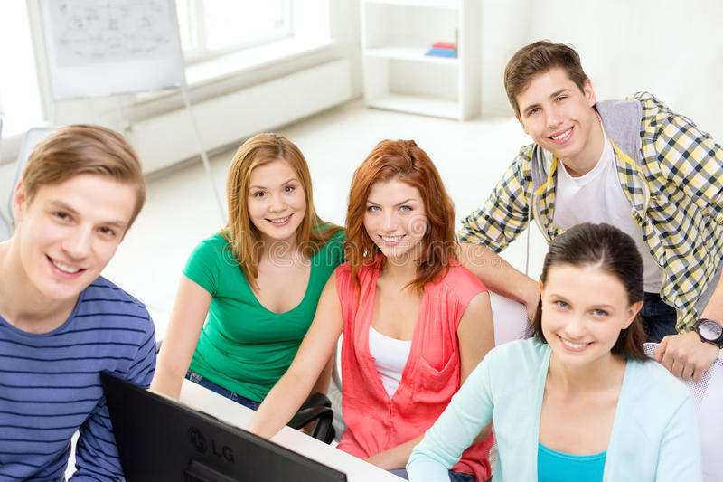 Grupo de estudantes de sorriso que têm a discussão foto de stock