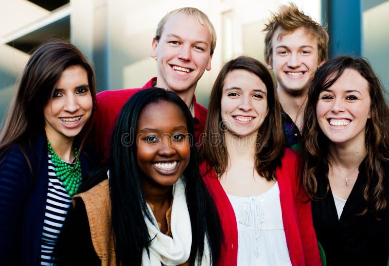 Grupo de estudantes diversos fora fotos de stock royalty free
