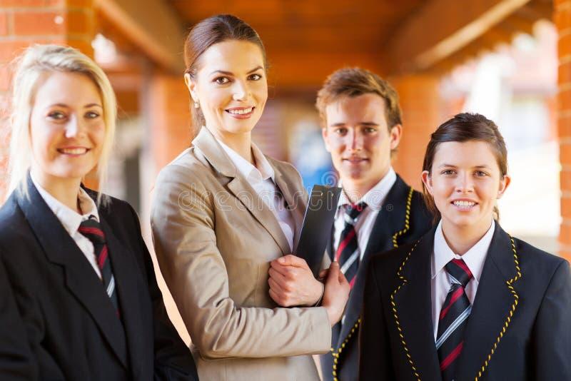 Grupo de estudantes do professor foto de stock
