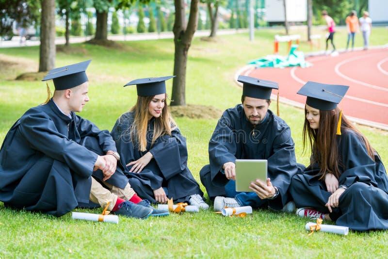 Grupo de estudantes de graduação internacionais diversos que comemoram, fotografia de stock