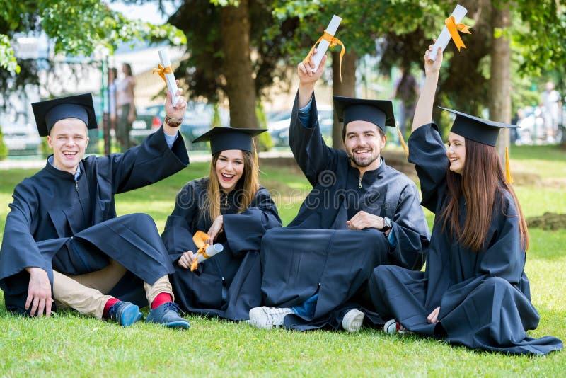 Grupo de estudantes de graduação internacionais diversos que comemoram, fotos de stock royalty free